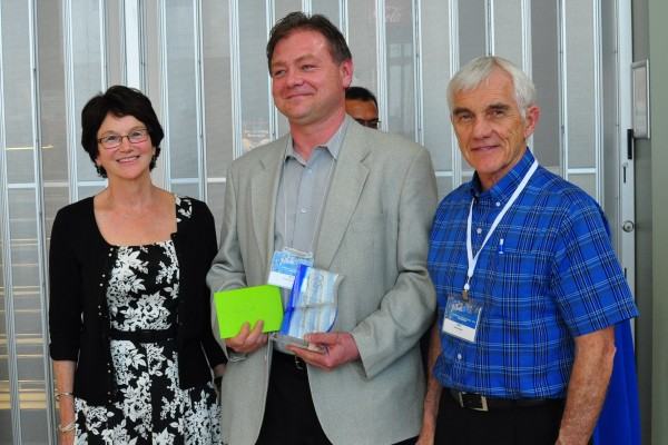 Paul Grzeszczak (m.) received the IT Services Achievement Award as part of the first annual IT Services Awards program. In the picture: Gwendolyn Ebbett (r.) and Dr. Alan Wright (l.)