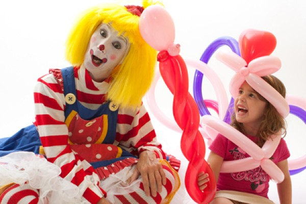 CLaroL the Clown makes balloon animal for child