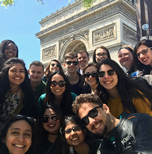students posed in front of Arc de Triomphe